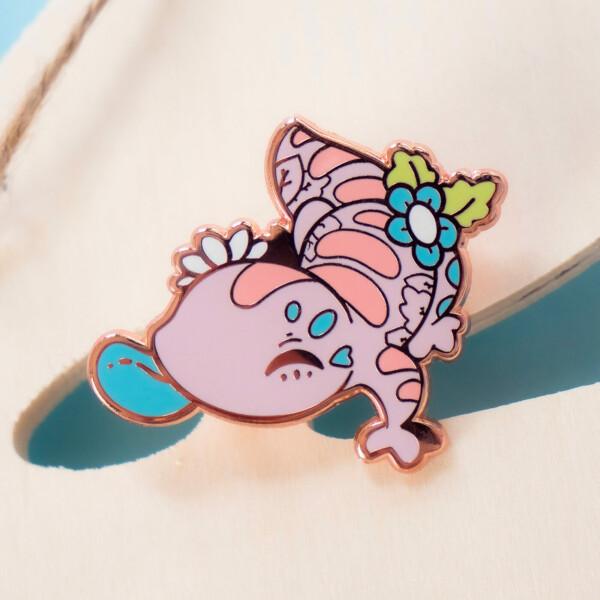 A cute kawaii enamel pin featuring the Blue-Tongued Skink: an Australian reptile.